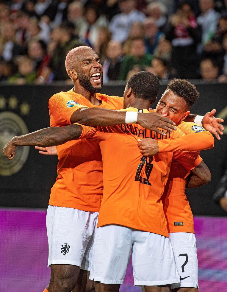 Donyell Malen heeft de 2-3 binnengeschoten en viert dat met Wijnaldum en Babel. Beeld Guus Dubbelman / de Volkskrant