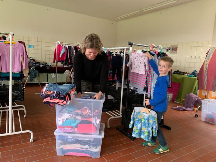 Monique Dogger krijgt goede hulp van haar zoontje Thijn bij Krijg De Kleertjes