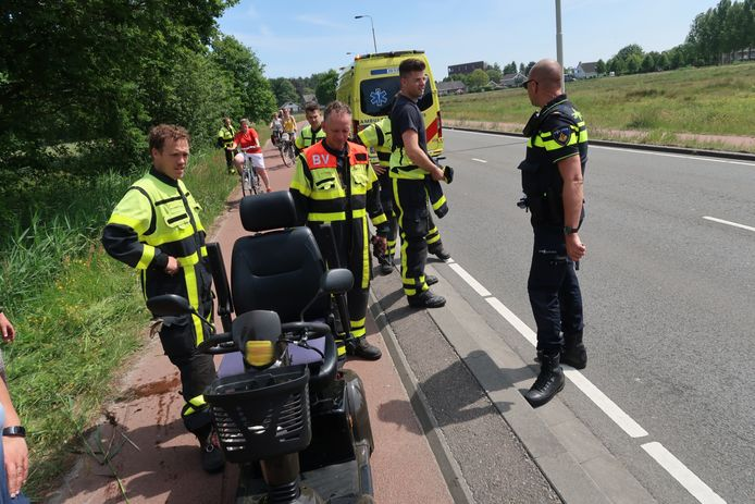 Man rijdt met scootmobiel de sloot in in Breda.