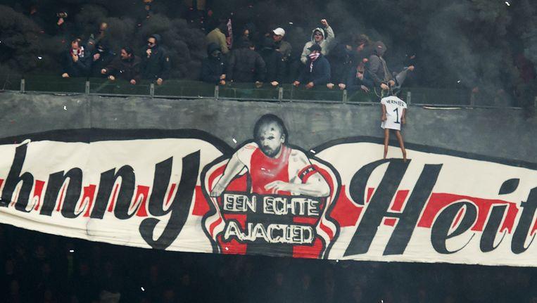 Vlak voor de wedstrijd hing een fan van de Amsterdamse club de pop, die doelman Kenneth Vermeer van Feyenoord moest voorstellen, aan een touw over de balustrade. Beeld anp