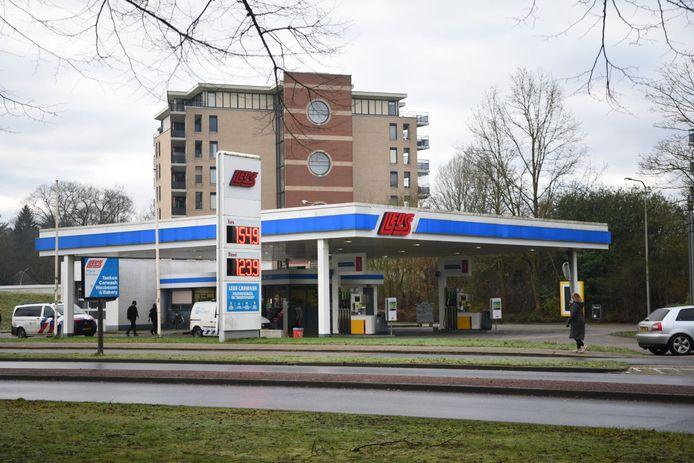 De politie doet onderzoek bij het tankstation aan de Aalderinkssingel.