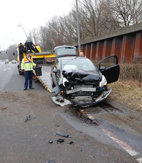 Automobilist botst tegen damwand langs afrit N2 bij Veldhoven