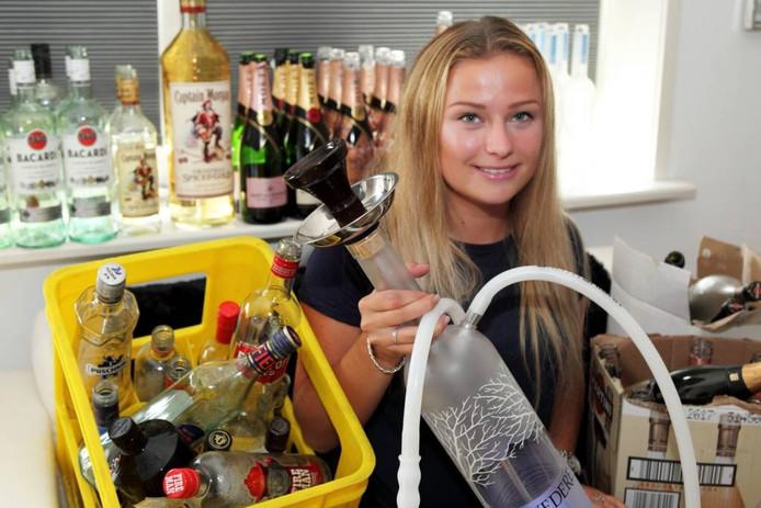 Amy Mulders met een door haar zelf ontworpen en geproduceerde waterpijp van een magnum Belvedere
