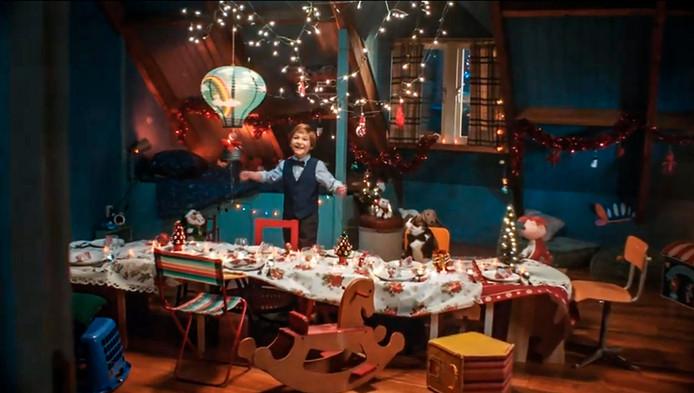 Beeld uit de kerstcommercial van Albert Heijn.