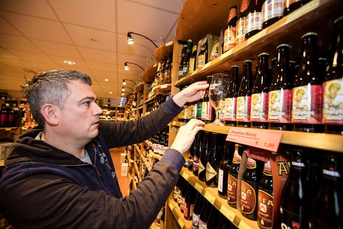Gerard Eeuwes met Odulphus Blond, nieuw bier in Best
