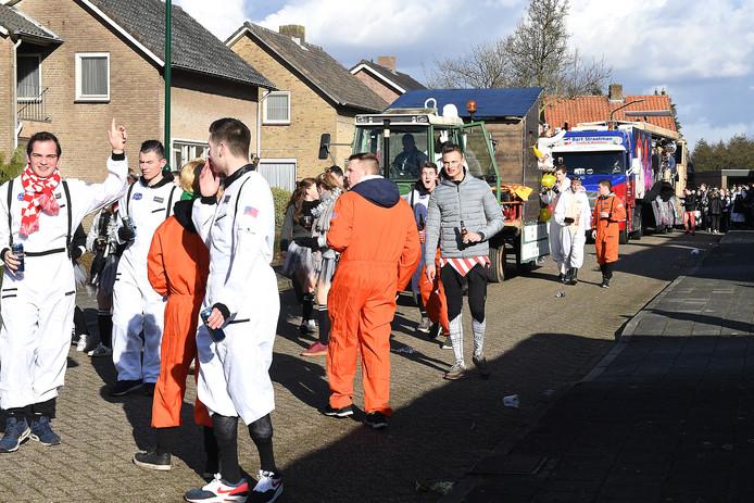 De Carnavalsoptocht in Langenboom veel wagens met KNETTER muziek.
