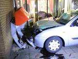 Automobilist rijdt tegen de gevel van een verzorgingshuis