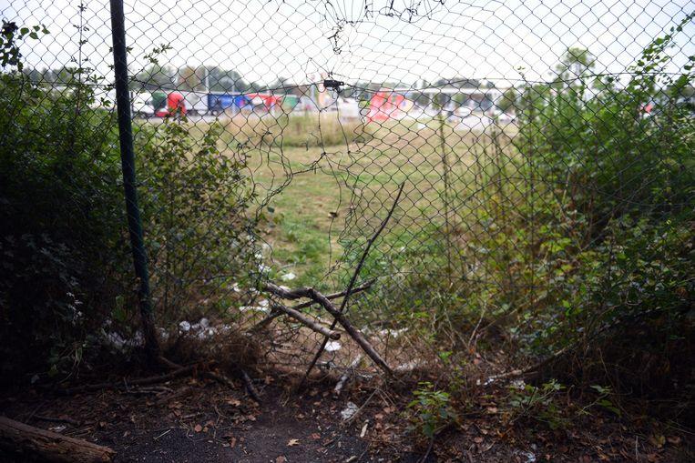 De sporen van Transmigranten langs de E40 in Heverlee, langs deze opening komen ze op de parking terecht.