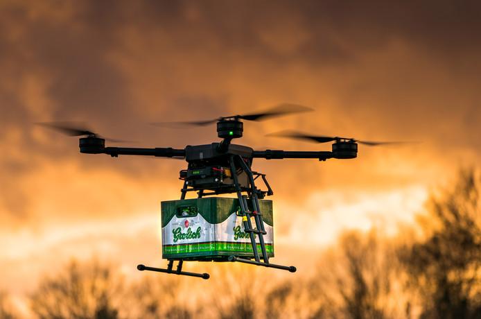 Grolsch experimenteert met de bezorging van bier met een drone. DronExpert in Bentelo had de primeur: zij brachten het eerste kratje de lucht in.