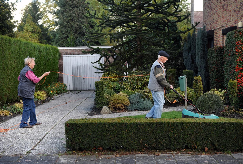 Een echtpaar in Eindhoven maait gras.