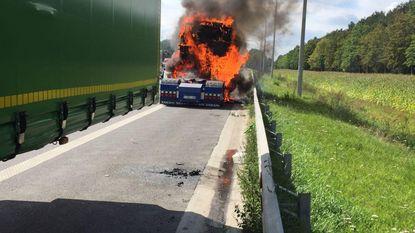 Koelbloedige trucker koppelt brandende cabine los