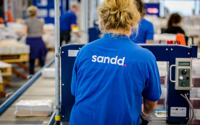 Een medewerker in het sorteercentrum van Sandd op de Ecofactorij in Apeldoorn.