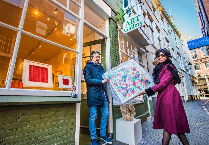 Stephane Henny is eigenaar van de Hofgalerie en hij gaat gratis kunst uitlenen tijdens coronatijd.
