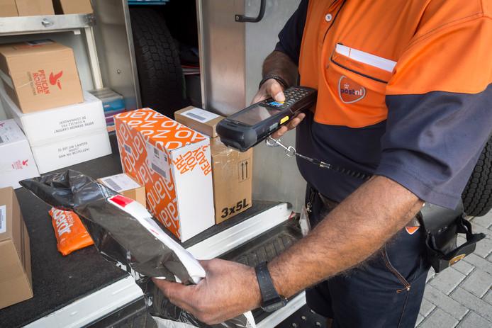 Bezorging van pakketten bij PostNL.