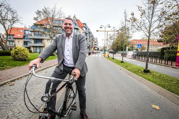 """Burgemeester Bram Degrieck. """"We maken ons sterk dat binnen de centra van De Panne en Adinkerke de fietser koning wordt."""""""