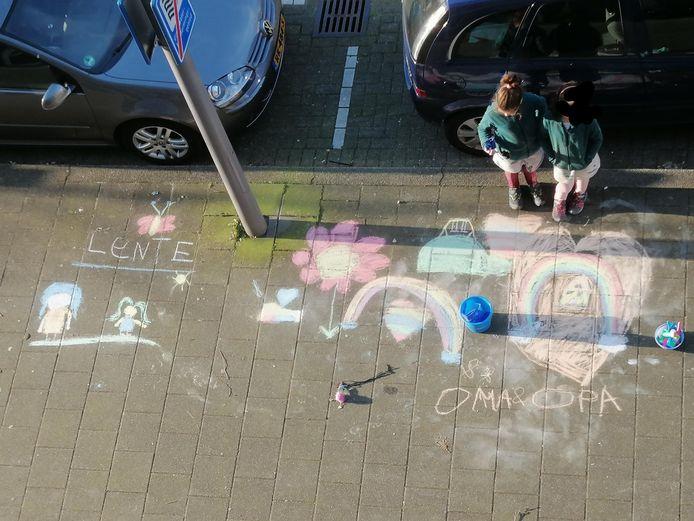 De meiden van  Safiyyah Chenevert verrasten opa en oma in Rotterdam met een tekening voor de deur.