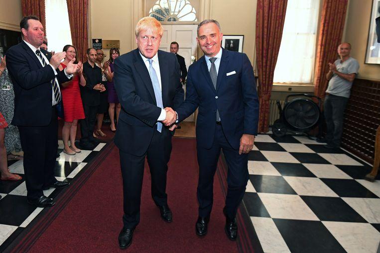 Boris Johnson met Mark Sedwill (kabinetssecretaris). Rechts achterin staat Dominic Cummings, volgens oud-premier David Cameron een 'carrièrepsychopaat'.