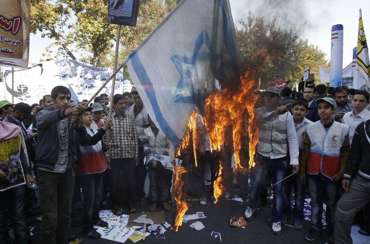 Iraniërs verbranden Israëlische vlag. Beeld ap