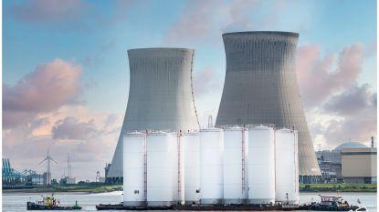 Bijzonder transport over Schelde: tien silo's van 23 meter hoog met ponton naar haven gebracht