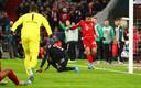 Philippe Coutinho tikt voor een leeg doel de 1-1 binnen.
