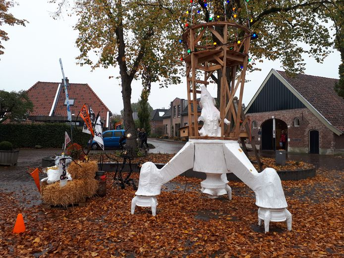 Het eerste buitenkunstwerk van Kunstmoment Diepenheim staat bij Herberg de Pol.