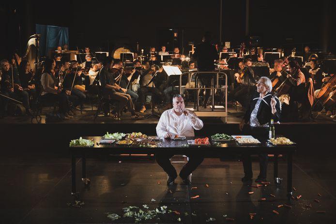 Beeld van La Grande Bouffe door Toneelgroep Maastricht en Philharmonie Zuidnederland, in 2018.