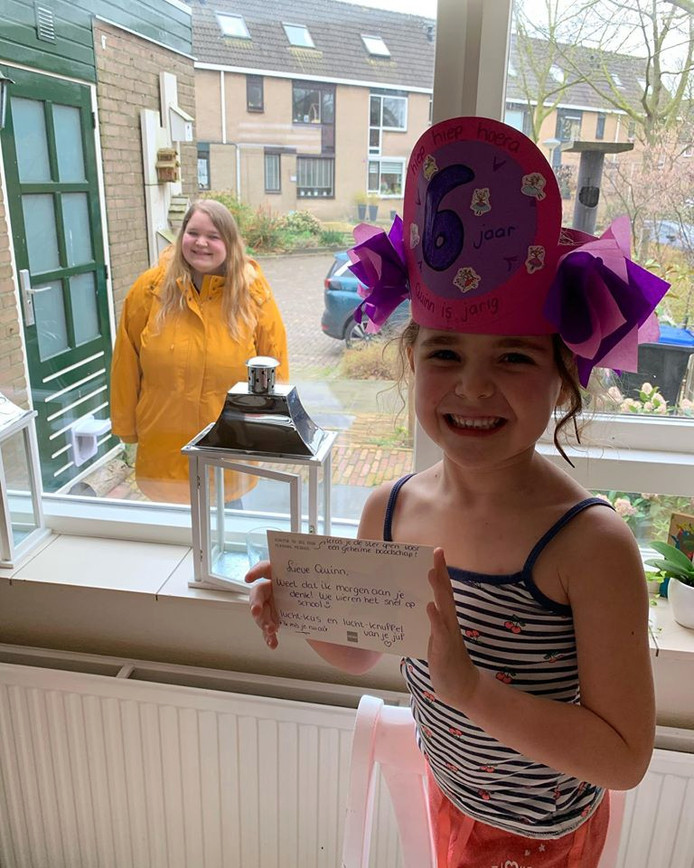 Juf Marlies verraste de jarige Quinn met een feesthoedje een kaartje.