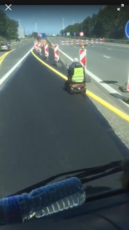 Met een rollator op de snelweg.