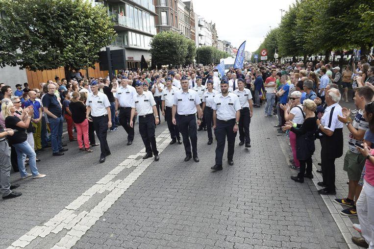 Overal waar ze passeren, applaudisseert het publiek luid voor de stoet agenten.