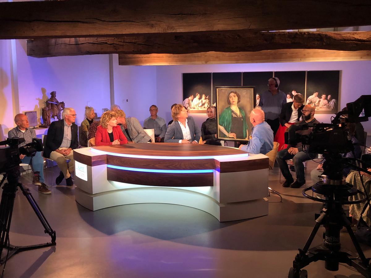 Frits Sissing (midden) tijdens de opnamen in september vorig jaar voor het programma Tussen Kunst en Kitsch in Museum Krona in Uden. Die dag werd er ook een ets van Rembrandt aangeboden. Het programma komt op 11 maart op tv.