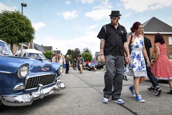 Terug in de tijd met oldtimers en tal van oude Amerikaanse wagens. De Dendermondse straten ademen een rockabilly-sfeer.