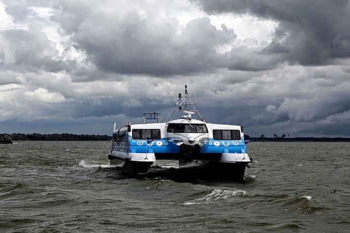 De waterbus op weg van Willemstad naar het eiland Tiengemeten Foto Chris van Klinken/ Pix4Profs