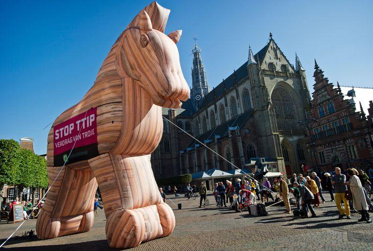 Demonstratie van Milieudefensie tegen TTIP op de Grote Markt van Haarlem. Beeld null