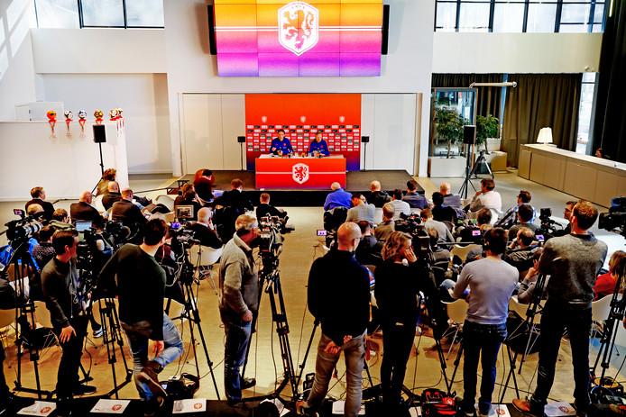 Bondscoach Ronald Koeman geeft onder grote belangstelling  zijn eerste persconferentie in Zeist.