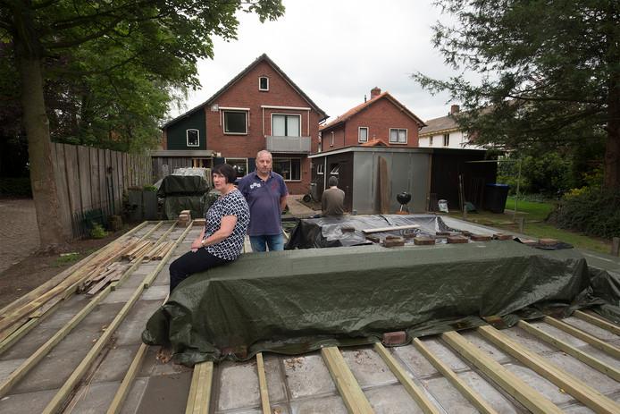 Sander en Heike van Koot bij het pakket dat een woning voor Winston moet worden.