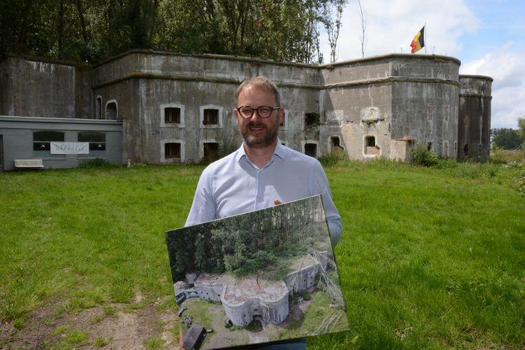 Burgemeester Van Laere bij zijn fort dat hij twee jaar geleden aankocht. In zijn handen een luchtfoto genomen met een drone.