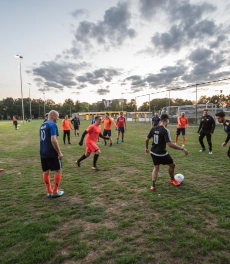 Voetbalclub Oranje Zwart uit Helmond gooit de handdoek in de ring en heft zichzelf op