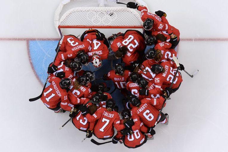 De Zwitserse vrouwen peppen elkaar op voor de halve finale tegen Canada Beeld afp