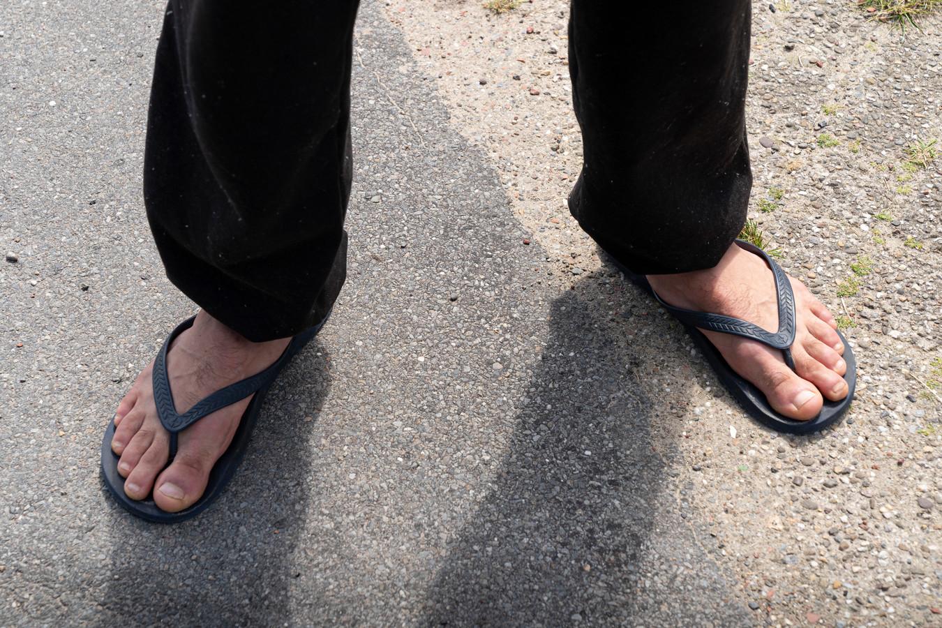 Op zijn slippers loopt Alexandru Balint in de richting van natuurgebied de Kampina in Boxtel.