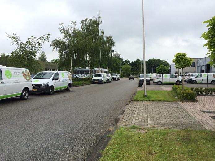 Medewerkers van HelloFresh parkeren hun auto's en busjes zo dat leveranciers met hun vrachtwagens niet of moeilijk op het terrein van bedrijven in de buurt kunnen komen.