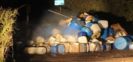 Dampende berg drugsafval gedumpt naast de weg: zeker 240 tonnen en jerrycans