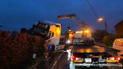 Vrachtwagenchauffeur mist bocht en rijdt halve haag uit: bestuurder verdwijnt voor aankomst politie