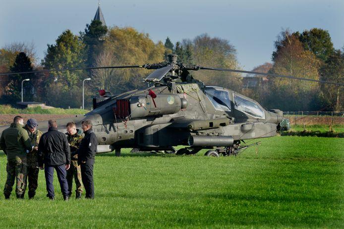 Zoelmond Onderzoek naar Apache helicopter die in een laagvlieg oefening enkele hoogspannings kabels raakt en daar door een noodlanding moest maken Een deel van het rivierengbied zat uren zonder stroom. Foto William Hoogteuling