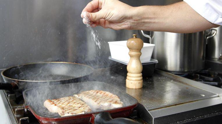 De gemiddelde Nederlander eet per dag bijna negen gram zout en ongeveer 114 gram suiker (28,5 suikerklontjes). Beeld ANP