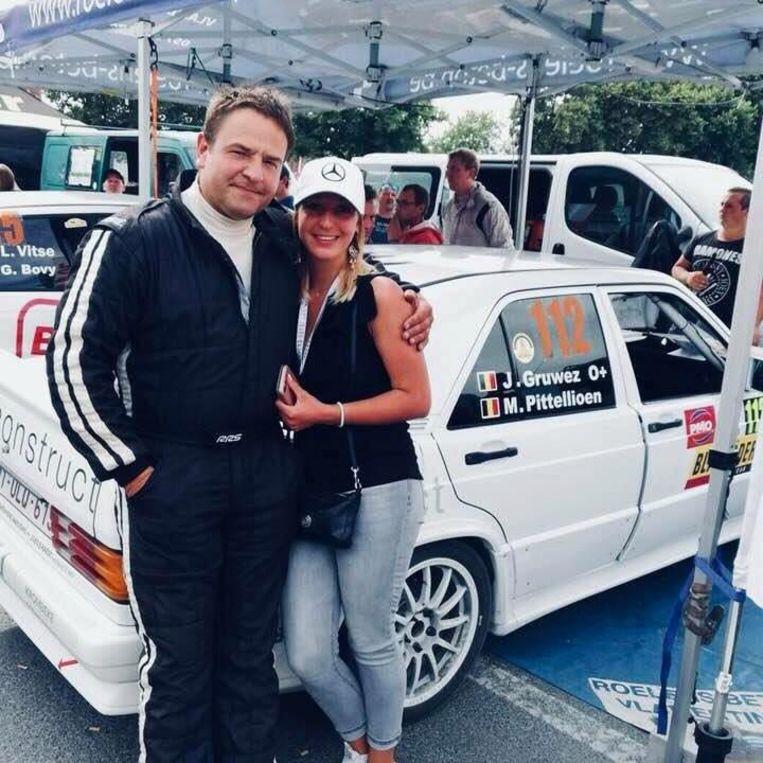 De betreurde Sharon Gruwez uit Boezinge in betere tijden met haar vader James bij hun rallywagen Mercedes.
