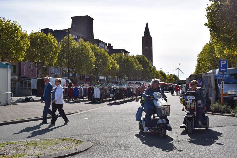 Een boulevard aan kramen moet de maandagmarkt opnieuw gezellig maken.