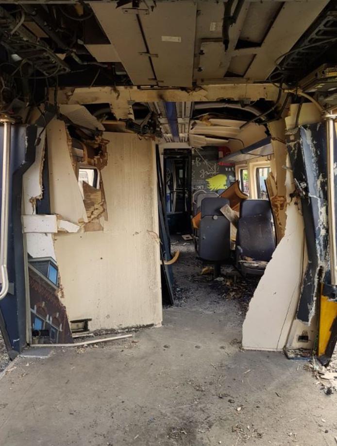 De ravage in het treinstel na de dodelijke explosie.