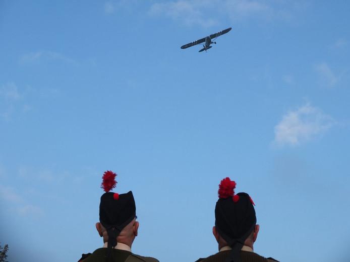 Een antiek Amerikaans legervliegtuig brengt een saluut bij de herdenking van de Slag om de Schelde op de Sloedam.