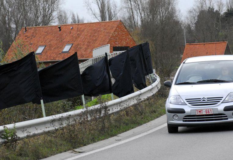 Zwarte vlaggen aan de spoorwegbrug in de Bergstraat.