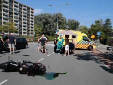 Omstanders helpen motorrijder na ongeluk